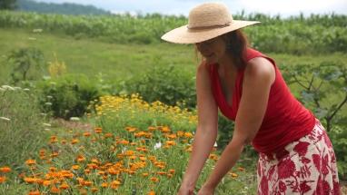 Juliet-Blankespoor-in-her-garden